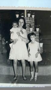 Isabel Martinez 6 años en las fiestas de Bartolo con su hermana Encarna y